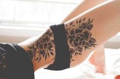tatouage femme cuisse et ventre hanche roses noires
