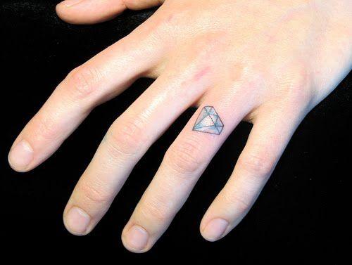 tatouage femme doigt  diamant incline annulaire couleur