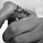 tatouage femme doit love sur le cote de l index