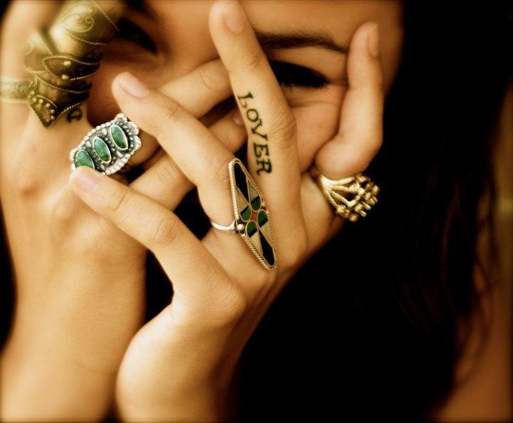 tatouage femme lover doigt