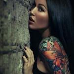 tatouage femme manchette coloré fleurs roses rouges lys