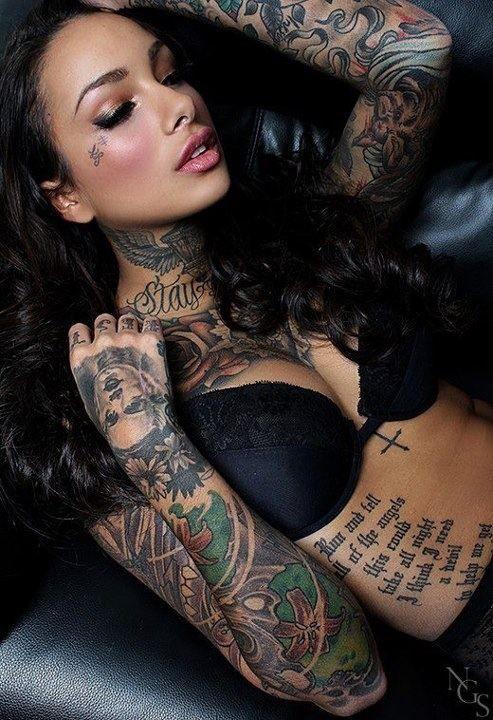 tatouage femme manchette entier coloré avec portrait sur la main et lettres sur les doigts