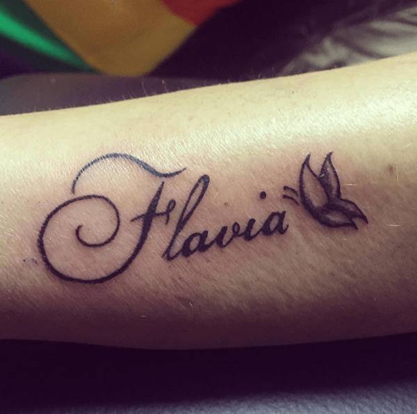 Tatouage femme prenom avec papillon avant bras