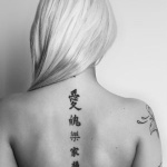 tatouage femme prenom chinois sur la colonne vertebrale