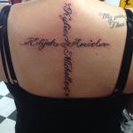 tatouage femme prenom dos en croix