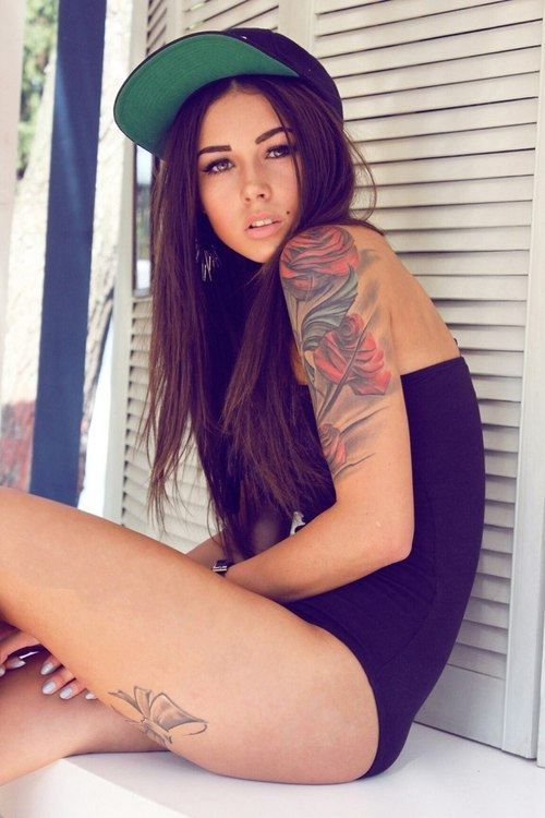 tatouage manchette feminin haut du bras tatoué avec 2 roses rouges
