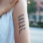 tatouage prenom fille haut du bras avec prenoms barres