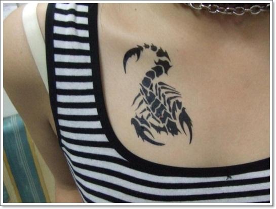 tatouage scorpion femme sur le haut de la poitrine