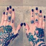 tatouages femme doigts fleche ancre etoile dollar eclair et araignee
