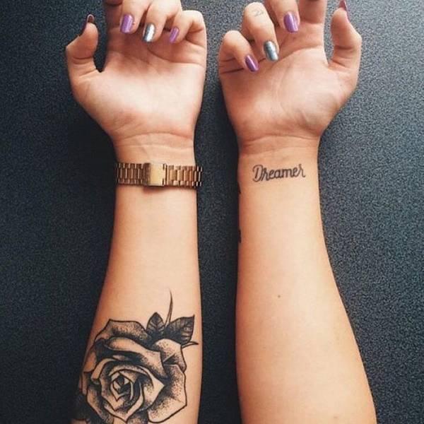 Tatouages rose et texte avant bras interieur