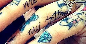 idées de tatouages sur tous les doigts féminins