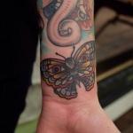 exemple tatouage couleur poignet femme papillon