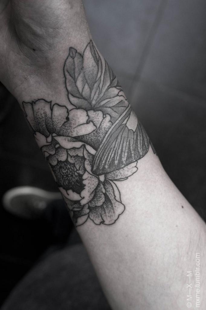 exemple tatouage poignet femme fleurs de pivoine lotus