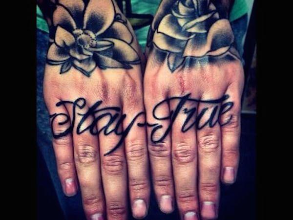 modele tatouage ecriture calligraphie sur les doigts des 2 mains