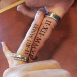 modele tatouage ecriture interieur doigt chiffres romains