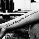 modele tatouage phrase amour sur l interieur du bras