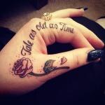 modele tatouage phrase courte sur la main et l index