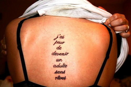 modele tatouage phrase en francais centre du dos