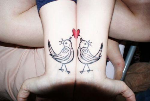 modele tatouages 2 poignets reunis formant un coeur avec 2. Black Bedroom Furniture Sets. Home Design Ideas