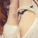 petit tatouage discret poignet femme contour coeur