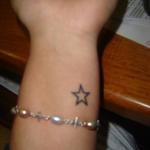 petit tattoo etoile poignet discret