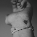 photo petit tattoo feminin poignet diamant