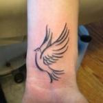 photo tattoo feminin interieur poignet colombe