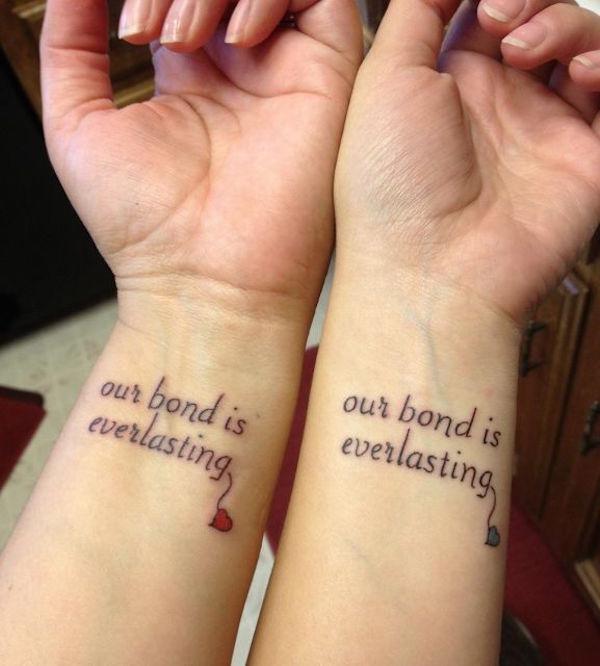 photo tattoo feminin phrase sur les 2 poignets interieur et sur 2 lignes