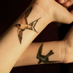 photo tattoo feminin poignet 2 oiseaux