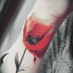 photo tattoo feminin poignet coquelicot rouge style aquarelle
