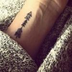photo tattoo feminin poignet discret belle fleche