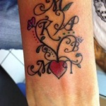 photo tattoo feminin poignet initiales et coeur rouge