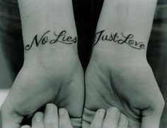 photo tattoos feminin 2 poignets 2 phrases