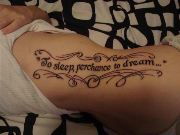 phrase tatouage femme hanche avec arabesque