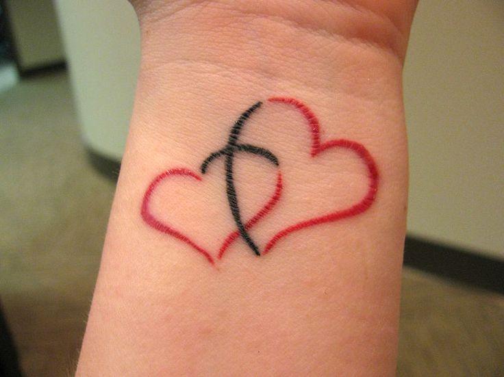 poignet tatouage femme 2 coeurs rouges entrelaces avec une croix noire au centre