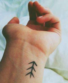 poignet tatouage femme symbole tribal fleche