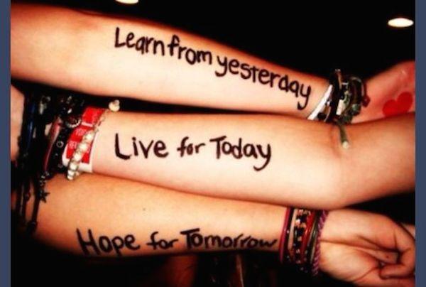 tatouage 3 femmes 3 bouts de phrase