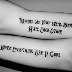 tatouage femme phrase ecriture originale sur le biceps
