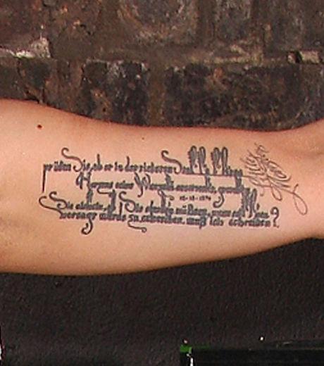 tatouage femme phrase grand paragraphe sur le haut du bras