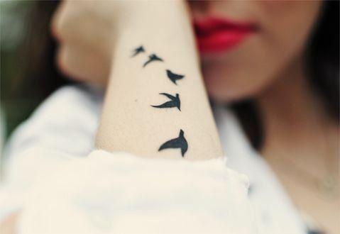 tatouage femme poignet hirondelles 5