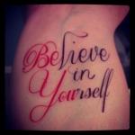 tatouage phrase fille 2 couleurs interieur du poignet