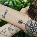 tatouage poignet femme amore et rose des vents