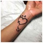 tatouage poignet femme coeur croix ancre et 3 oiseaux