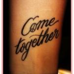 tatouage poignet femme phrase en anglais come together