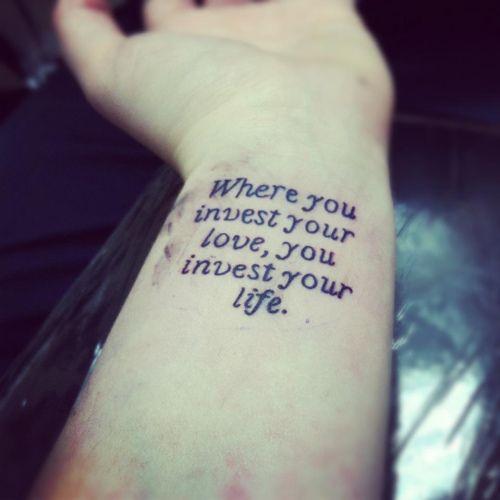 tatouage poignet femme phrase sur 5 lignes
