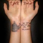 tatouages 2 poignets cage et oiseaux liberes