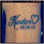 tatouages poignet enfant prenom coeur et date de naissance