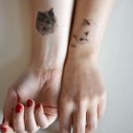 tatouages poignet tetes de chat blanc et gris