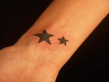 tattoo 2 etoiles remplies poignet