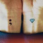 2 tatouages femme semicolon et diamant sur les poignets